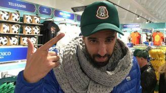 Flavio Azzaro  posa con una gorra del Tri