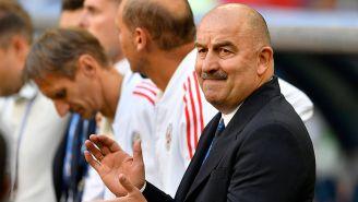 Cherchesov aplaude a sus jugadores en el juego contra Uruguay