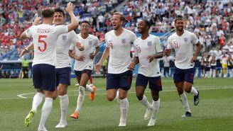 Jugadores ingleses festejan un gol de Stones ante Panamá
