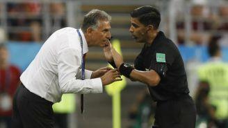 Carlos Queiroz habla con el árbitro Enrique Cáceres
