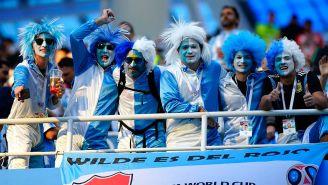 Aficionados de Argentina alientan a su equipos en el juego contra Croacia