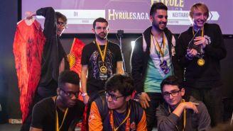 MkLeo (centro inferior), posando junto a los ganadores de Hyrule Saga