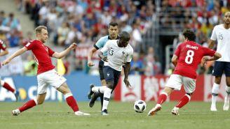 N'Golo Kanté intenta escaparse con el balón en juego vs Dinamarca