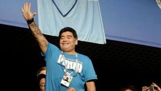 Maradona saluda a la afición en el Saint Petersburg Stadium