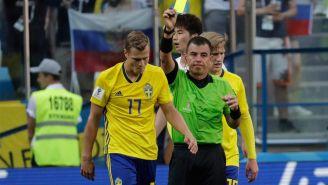 John Guidetti es amonestado en el juego contra Corea del Sur