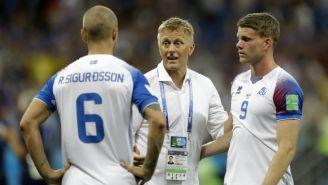 Heimir Hallgrímsson habla con dos seleccionados de Islandia