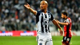 Carlos Sánchez reclama una falta en un duelo con Monterrey