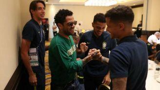 Daniel Alves saluda a Coutinho en el hotel de concentración de Brasil