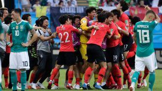 Jugadores de Corea celebran uno de los dos goles frente a Alemania