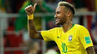 Neymar hace una seña de aprobación en el juego vs Serbia