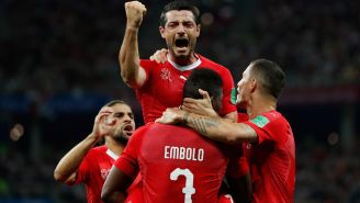 Jugadores suizos celebran un tanto contra Costa Rica