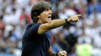 Löw lanza una indicación a sus jugadores en el duelo vs Corea