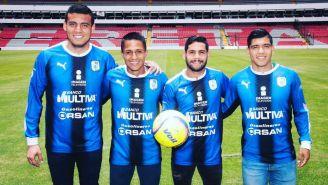 Acosta, Uscanga, Villalva y Cárdenas se toman foto con la playera de Gallos en el Estadio Corregidora