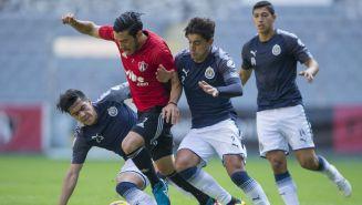 Chivas y Atlas en acción durante un juego de pretemporada