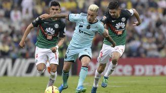 Oribe Peralta y Brian Lozano disputan balón en la Liga MX