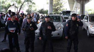 Policías, durante la manifestación en Periférico Sur