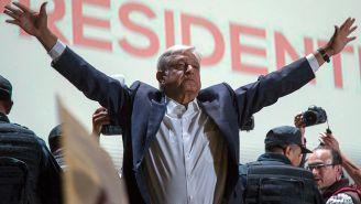López Obrador saluda a sus simpatizantes tras un discurso
