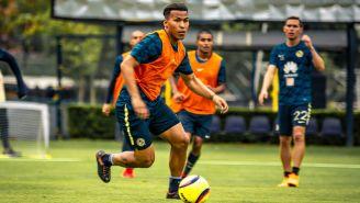 Roger Martínez conduce el balón en la práctica con América