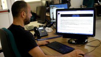 Periodista lee un comunicado de prensa de Wikipedia