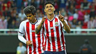 Pulido celebra un gol con Chivas