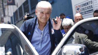 Billy Álvarez sube a su auto después del partido de Cruz Azul