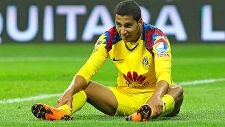 Domínguez, sentado en el césped durante un juego de América