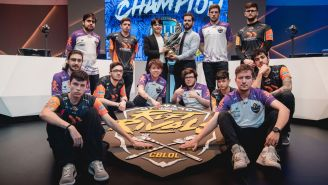 Los jugadores de Vivo y Kabum! posan con el trofeo de Rift Rivals