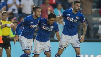 Jugadores de Cruz Azul celebran gol contra Pachuca