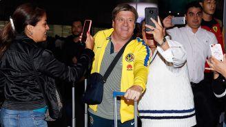 Miguel Herrera se toma fotos con fans