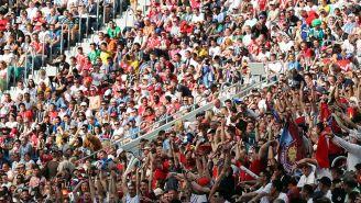 Aficionados observan el juego entre Bélgica e Inglaterra