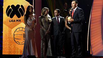 Rubens Sambueza recibe el premio como 'Jugador del Año'