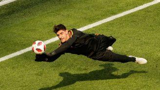 Courtois ataja un balón durante la Copa del Mundo de Rusia 2018