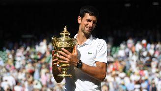 Novak Djokovic posa con el título de Wimbledon