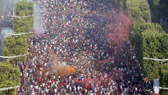 Aficionados de Francia celebran el título en los Campos Elíseos