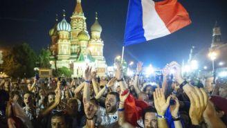 Aficionados celebran la victoria de Francia contra Croacia en Rusia 2018