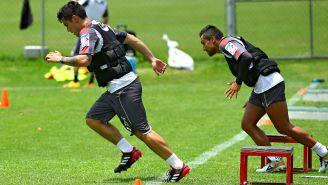 Michael Pérez y Edwin Hernández, en el entrenamiento con Chivas