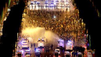 Policías intentan terminar con disturbios en Francia