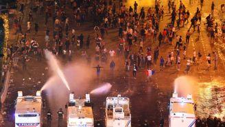 Policía intenta ahuyentar a los fans violentos