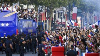 Jugadores de Francia recorren las calles de París