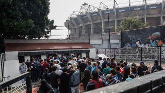 Filas en las taquillas del Estadio Azteca para obtener boletos