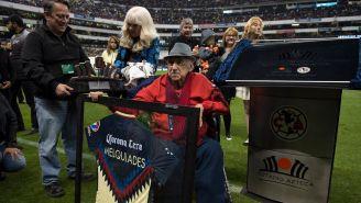 Don Melquiades recibe un reconocimiento por parte del América