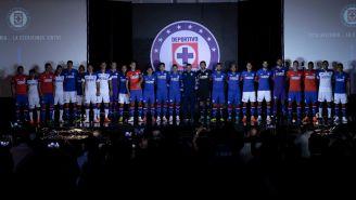 Jugadores de Cruz Azul posan con el uniforme para el A2018
