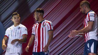 Jugadores de Chivas lucen el nuevo uniforme