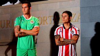 Raúl Gudiño y Javier López, en la presentación del jersey de Chivas para el A2018