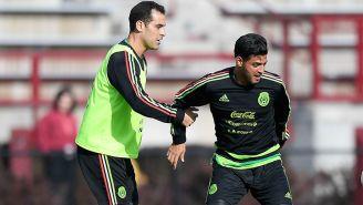 Márquez y Vela pelean un balón en un entrenamiento