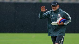 Osorio manda un saludo durante la práctica de la Selección Mexicana