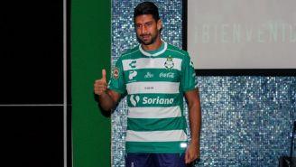 Eduardo Herrera posa con la playera de Santos Laguna
