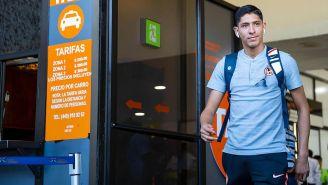 Edson Álvarez sale del aeropuerto