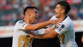 Felipe Mora y Victor Malcorra celebran el primer gol de Pumas
