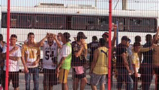 Integrantes de la Rebel afuera del estadio